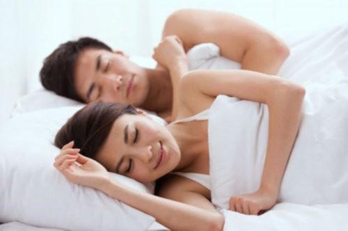 Nếu chồng của bạn đang bị sốt, điều các bà vợ nên làm là để chồng được nghỉ ngơi. Sự nuông chiều theo cảm giác ham muốn lúc này là một điều cực kì có hại, đặc biệt là khi anh ấy bị sốt cao. (Ảnh minh họa)