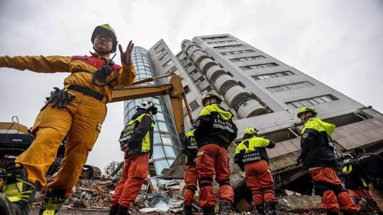 Toà nhà Yun Men Tsui Ti bị nghiêng 45 độ sau trận động đất. Ảnh: EPA