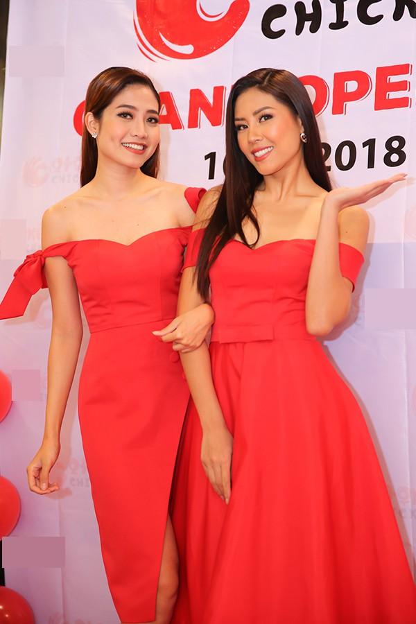 Ninh Hoàng Ngân mặc đầm đỏ ton-sur-ton và có kiểu dáng tương tự bộ đầm của Nguyễn Thị Loan. Cả hai tự tin đọ vai trần gợi cảm.