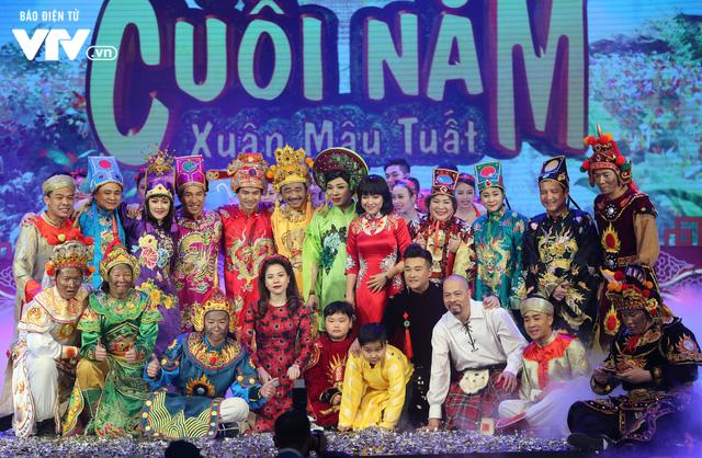Ê-kíp Táo Quân chụp ảnh lưu niệm sau khi kết thúc buổi ghi hình đầu tiên ở Cung Văn hoá Hữu nghị Hà Nội. Ảnh: VTV.