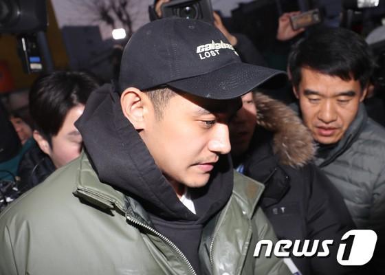 Hình ảnh Jung Suk Won xuất hiện với gương mặt lờ đờ tại sở cảnh sát.