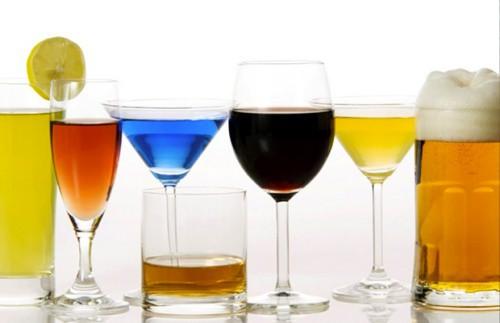Uống quá nhiều rượu hay bia đều có hại với cơ thể. Ảnh: H.M