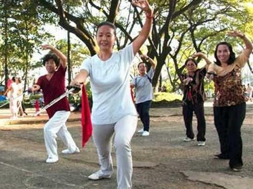 Phụ nữ trung niên nên thường xuyên tập thể dục thể thao giúp duy trì sự dẻo dai của cơ thể.