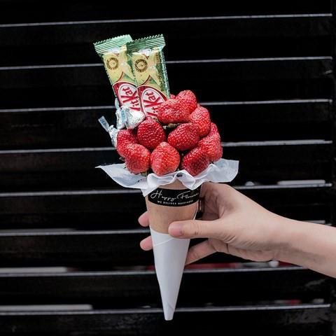 Nhiều bạn trẻ TP.HCM tìm mua hoa ăn được, là những bó dâu tây hoặc bánh chocolate Kit Kat vị dâu