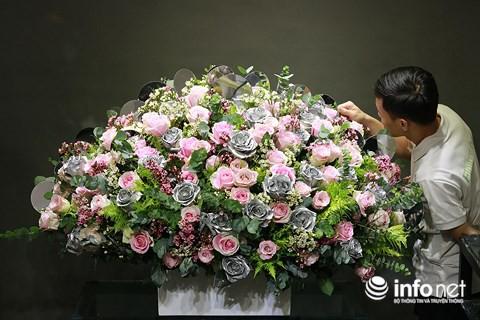 Bình hoa kết hợp giữa hồng màu bạc và hoa hồng nhập có giá khoảng 65 triệu đồng được nhân viên chăm chút chuẩn bị giao cho khách.