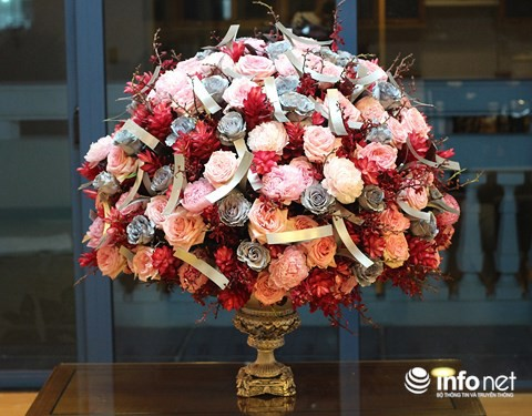Hoa hồng nhuộm màu bạc kết hợp hoa mẫu đơn và hoa hạnh phúc.