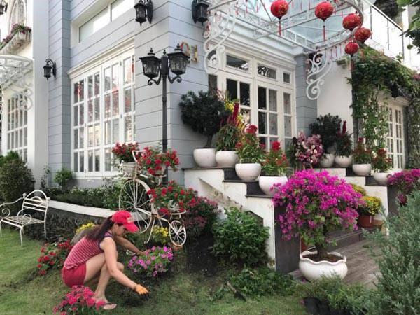 Cựu người mẫu Thúy Hạnh bày rất nhiều loại hoa, cây cảnh trong vườn nhà. Gần Tết, cô dành thời gian sửa sang, chăm sóc thêm cho khu vườn. Được hôm làm nông dân đi làm vườn thuê mà gặp phải ông chủ khó tính quá, đứng chỉ tay năm ngón mà còn chưa chịu trả công - Thúy Hạnh hài hước.