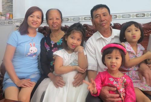 Niềm vui của ông Tiễu và vợ trong lần gặp mặt đủ con cháu sau hơn 10 năm. Ảnh: Phan Thân