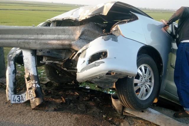 Đầu chiếc xe 7 chỗ bị lan can xuyên qua thân
