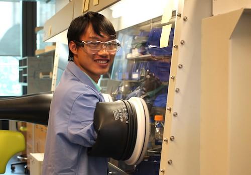 Vương Linh trong phòng thí nghiệm ở Princeton mùa hè 2017. Ảnh: NVCC
