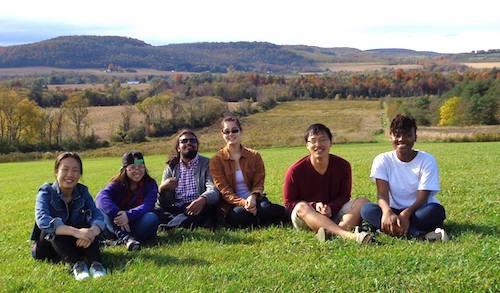 Vương Linh (áo đỏ) và các bạn trong một chuyến dã ngoại tại Colgate. Ảnh: NVCC
