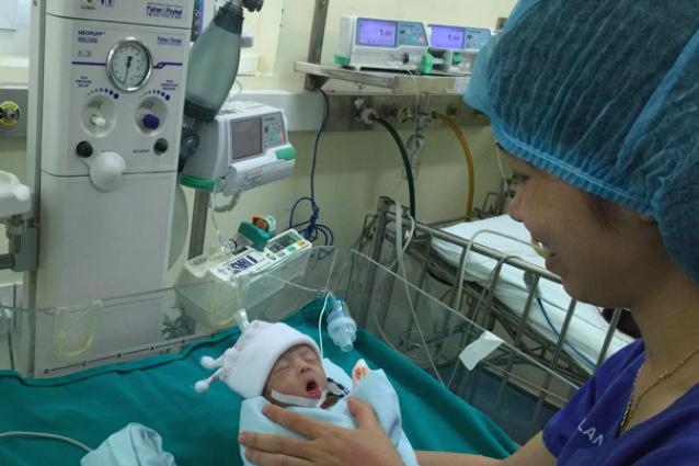 Chăm sóc hậu phẫu một bệnh nhi bị tim bẩm sinh phức tạp, chào đời chỉ được 1,4kg tại Bệnh viện Tim Hà Nội - một trong những bệnh viện tự chủ tài chính của Hà Nội. Ảnh: PV