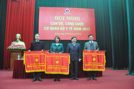 Tổng cục Dân số - KHHGĐ là một trong 5 đơn vị vinh dự được nhận Cờ thi đua của Chính phủ.