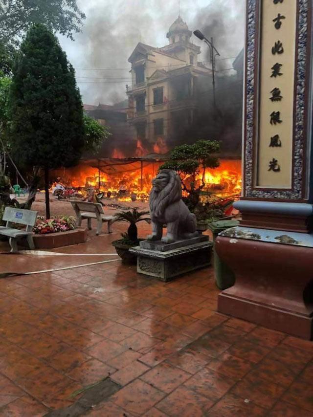 Cháy lớn tại khuôn viên Đền Mẫu Đồng Đăng