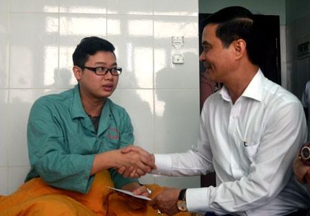 Phó Chủ tịch UBND tỉnh Yên Bái thăm hỏi bác sĩ bị hành hung. Ảnh: Nguồn Báo Yên Bái