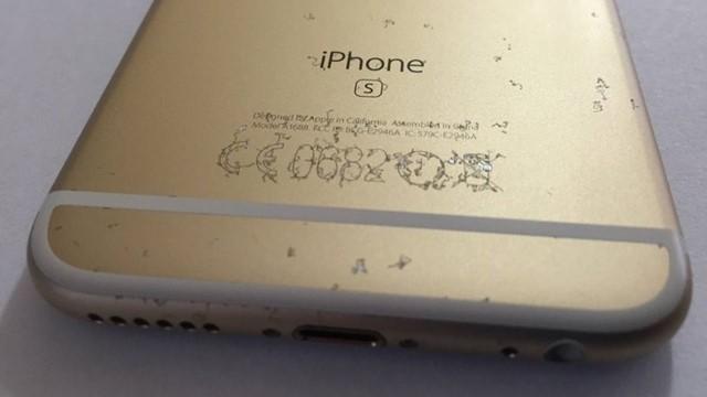 iPhone có thể bị hỏng lớp sơn, bám bẩn nghiêm trọng nếu dùng ốp lưng trong thời gian dài mà không được vệ sinh thường xuyên.