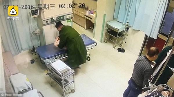 Nam y tá (mặc áo choàng xanh) đã phát hiện ra em bé và đưa em đến khoa sơ sinh.