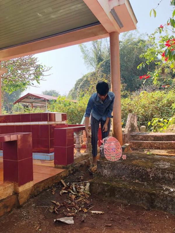 Hhen Niê mặc bồ đồ giản dị đến viếng mộ người thân.