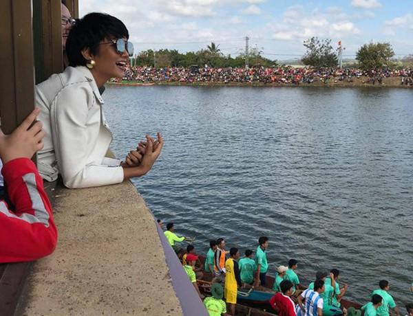 Hhen Niê đi cổ vũ hội đua thuyền truyền thống tại quê nhà.