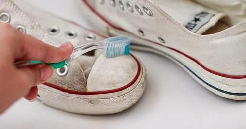 Một chiếc bàn chải đánh răng cũ sẽ có tác dụng làm sạch giày dép hơn nhiều so với bàn chải lớn. Lông bàn chải sẽ cọ được vào những chỗ bàn chải lớn không thể tới, nhờ đó bụi bẩn có thể sạch toàn diện hơn.