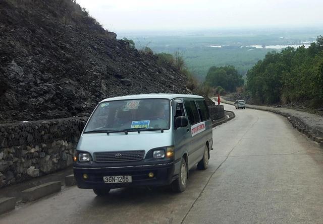 Xe ô tô sẽ đưa du khách lên đỉnh Am Tiên, nơi có độ cao 585m so với mặt nước biển