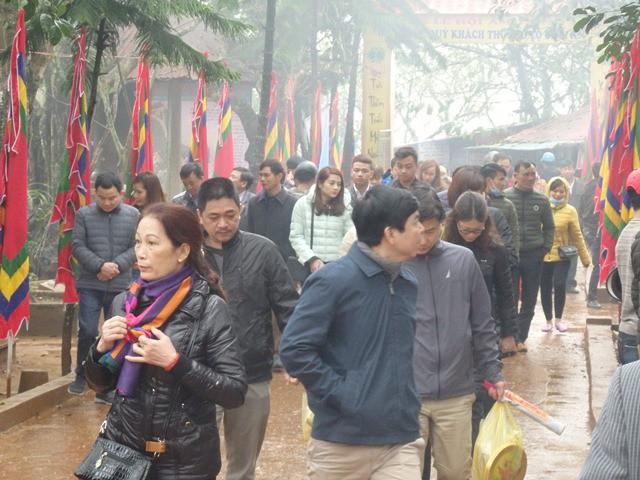 Mặc dù trời mưa khá nặng hạt nhưng dòng người vẫn nối dài viếng thăm Am Tiên trước ngày mở cửa trời