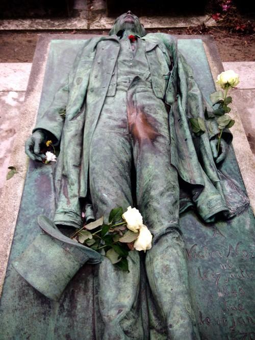 Bức tượng nhà báo Victor Noir