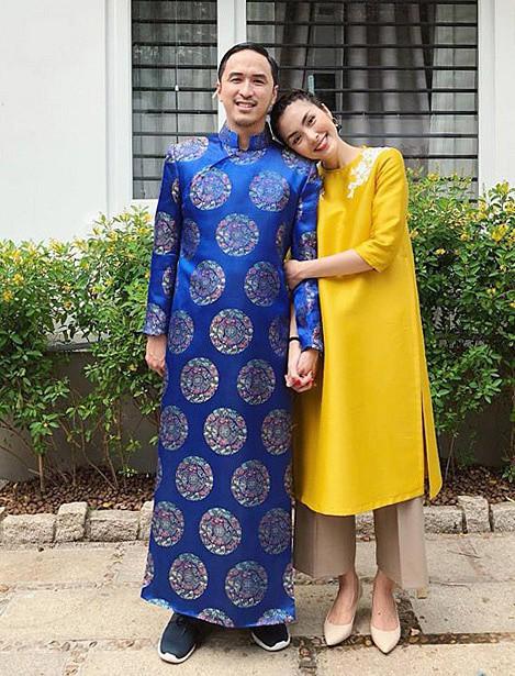 Tăng Thanh Hà cùng chồng diện áo dài. Kiều nữ còn tay trong tay và tựa đầu vào vai chồng đầy hạnh phúc.