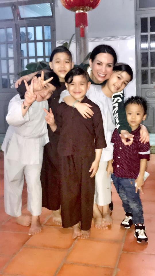 Phi Nhung và các con nuôi.