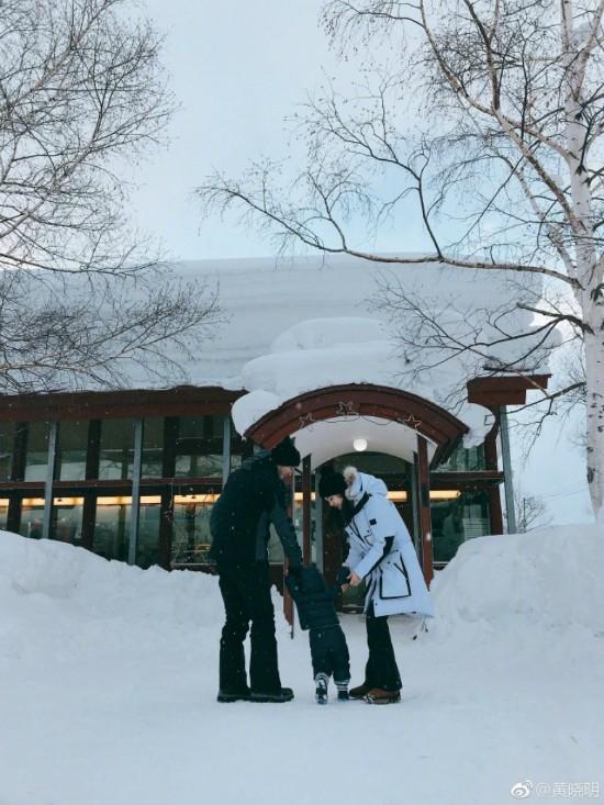 Angelababy chia sẻ trên trang cá nhân bức ảnh ghi lại khoảnh khắc hai vợ chồng nắm tay con trai ra nghịch tuyết. Hơn một tuổi, đây là lần đầu tiên em bé được bố mẹ đưa đi chơi với đại gia đình. Cậu nhóc khoác áo dày sụ trông càng bụ bẫm, đáng yêu.