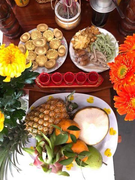 Mâm cúng ngày Thần Tài đẹp mắt với đĩa bánh thỏi vàng. Ảnh: Facebook