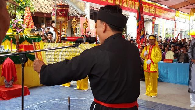 Lời tuyên thệ được một nông dân trong làng đọc vang lên đầy uy nghiêm trong lễ Minh Thề. Ảnh: Thu Hằng