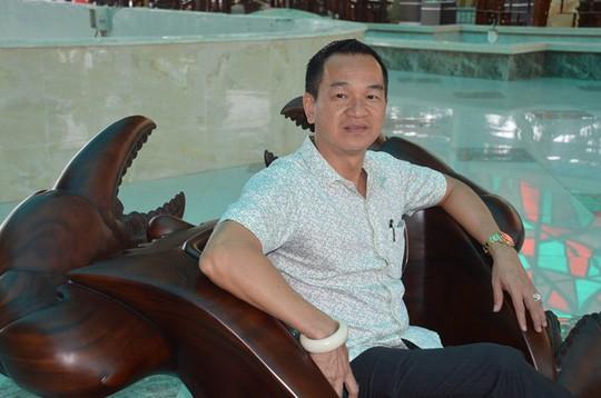 Ông Thái Tuấn bên bộ salon cua độc nhất vô nhị của mình.