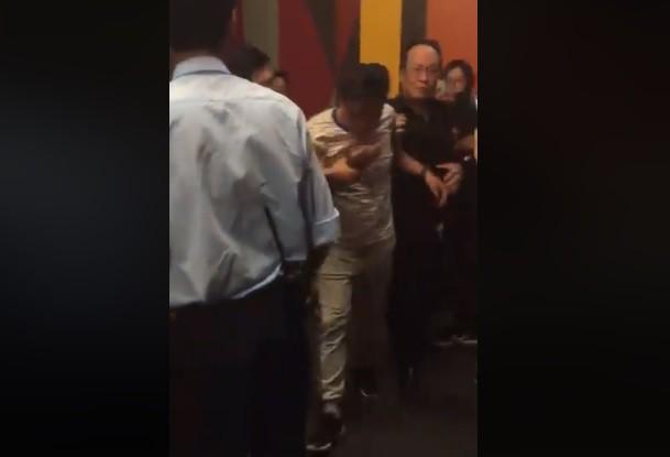 Nam thanh niên bị người dân áp giải ra khỏi rạp phim