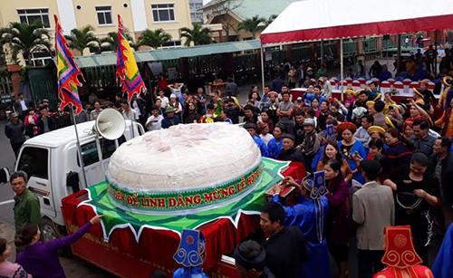 Chiếc bánh dày hơn 2 tấn dâng hương trong lễ hội đền Độc Cước vào năm 2017. Ảnh: Lê Hoàng.