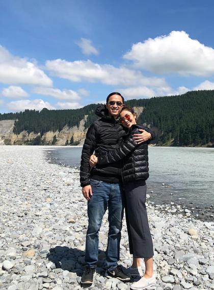 Trong khung cảnh yên bình của vùng đất Queenstown, New Zealand, vợ chồng diễn viên diện áo khoác phao đôi.