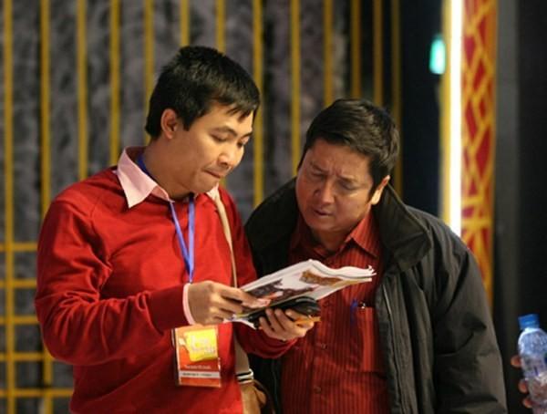 Đạo diễn Đỗ Thanh Hải trong hậu trường (bên trái).