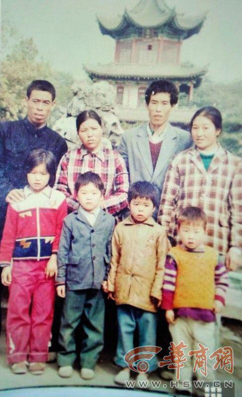 Con 5 tuổi bị mất tích trước cổng bệnh viện, mẹ nguyện làm lao công ở đó suốt 27 năm, cuối cùng nỗ lực đã được đền đáp