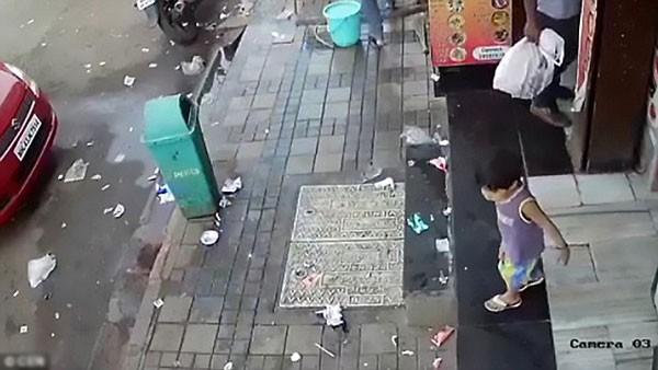 Bé gái bị bắt cóc trong chớp mắt khi chơi trước cửa hàng