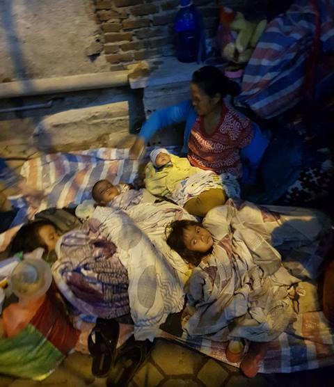 Để ra được Hà Nội, 5 mẹ con chị Hương đã phải ăn ngủ tạm bợ ở nhiều nơi.
