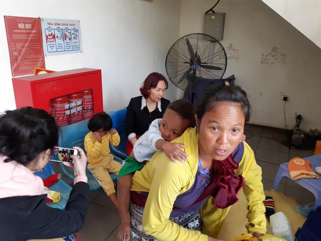 Mấy mẹ con nheo nhóc ở trong trạm y tế phường Thịnh Liệt.