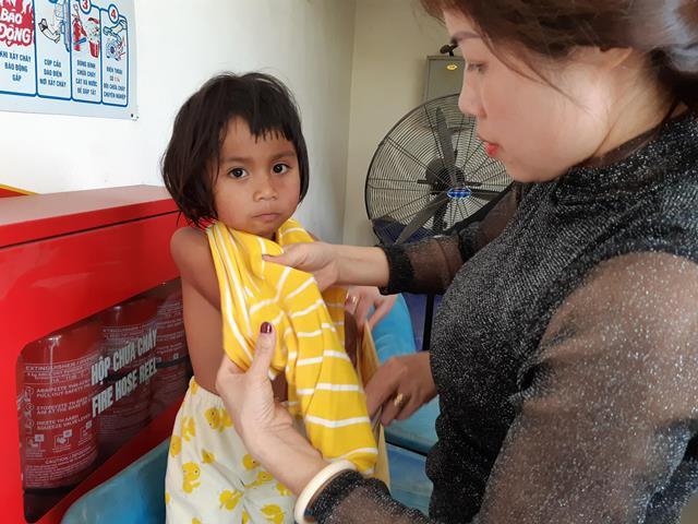 Những đứa con của chị Hương được tắm rửa sạch sẽ.
