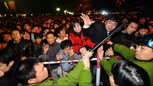 Cảnh đua nhau chen lấn trong đêm khai ấn đền Trần năm trước.