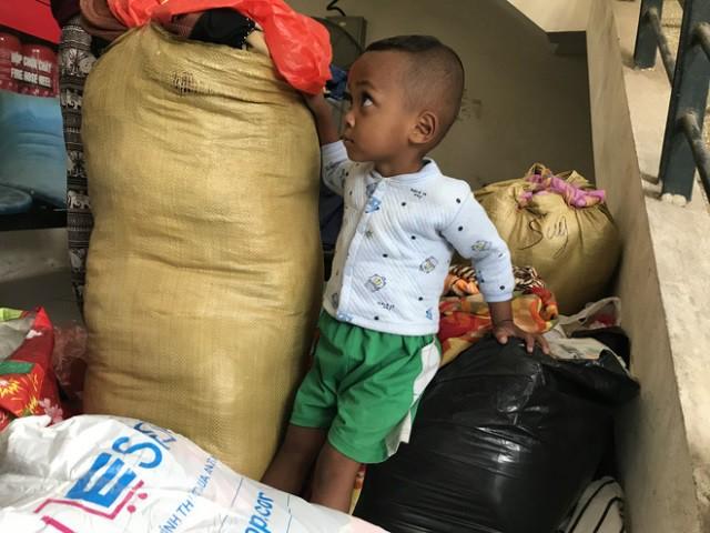 Cháu Hồ Văn Vay (3 tuổi) tỏ ra ngơ ngác khi thấy có nhiều người đến hỏi han và cho đồ.
