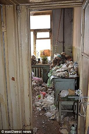 Phát hiện bà lão sống cùng xác khô của mẹ suốt 30 năm trong căn hộ cũ nát tại Ukraina