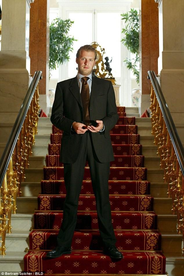 Hoàng tử Đức vừa ra tù, liền nhảy từ tầng 21 tự sát