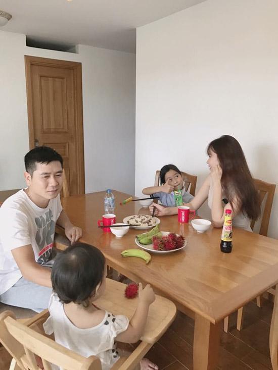 Gia đình Hồ Hoài Anh - Lưu Hương Giang và 2 công chúa nhỏ.