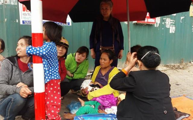 5 mẹ con chị Hương thời điểm trước khi vào trạm Y tế phường Thịnh Liệt. Ảnh: PV