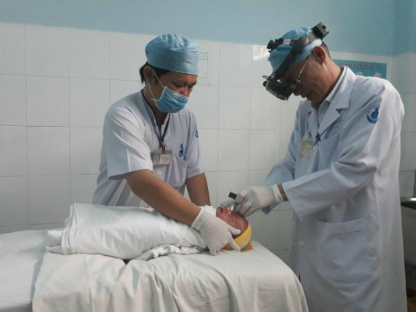 Trẻ tầm soát bệnh lý võng mạc sinh non tại Bệnh viện Nhi đồng 1. Ảnh: M.H