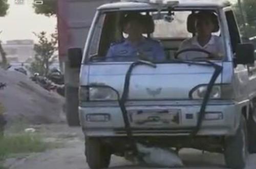 Cảnh sát thực nghiệm lại vụ tai nạn.